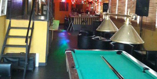 Albir, Bar de nuit avec licence musicale.