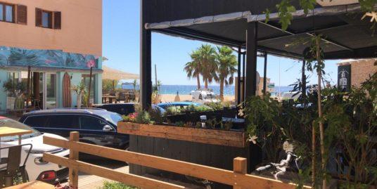 Ibiza, Snack à emporter avec un studio, face mer